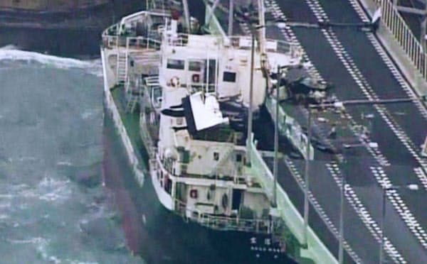2018年9月、台風21号の強風で関空連絡橋に衝突したタンカー=近畿地方整備局提供