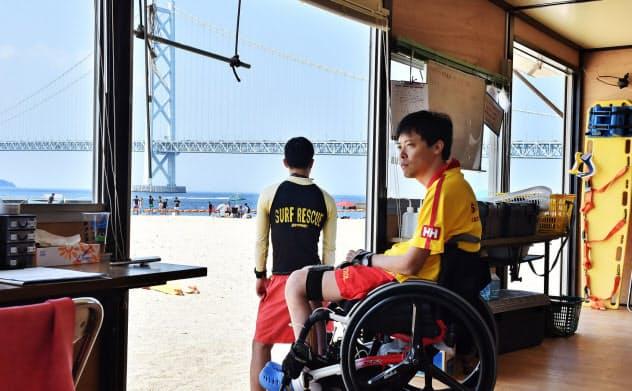 ライフセーバーの詰め所からビーチを見回す古中信也さん(神戸市垂水区)=大岡敦撮影