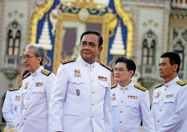 タイの親軍連立政権は早くも足並みが乱れている(7月16日、宣誓式に臨んだプラユット首相(中)ら)=ロイター