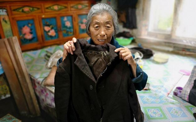 孫玉琴さんは実母が着ていたという衣服を大切に保管している(黒竜江省方正県)