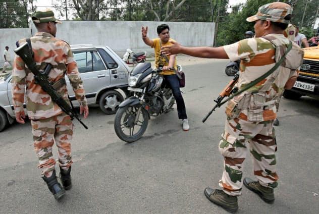 6日、インド政府は北部ジャム・カシミール州の自治権を剥奪した(同州に展開したインド治安部隊)=ロイター
