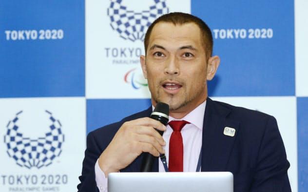 東京パラリンピックの競技スケジュールを発表する組織委員会の室伏広治スポーツディレクター(13日、東京都中央区)