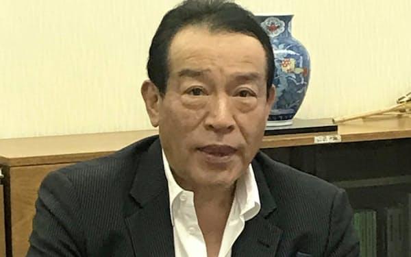 日本経済新聞など報道各社の取材に応じる岡本理事長