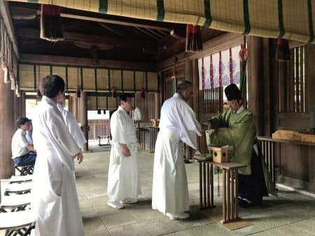 定額タクシーの運行に向けて関係者が祈祷(きとう)した(奈良県吉野町の吉野神宮)