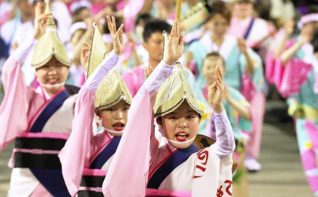 演舞を披露する踊り手(12日、徳島市)