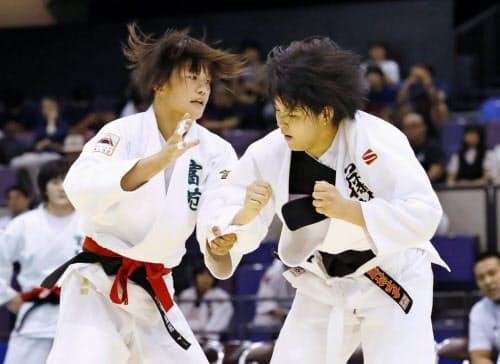 女子78キロ級決勝 藤村女・池田紅(右)を破り、団体との2冠を達成した富士学苑・黒田亜紀(13日、鹿児島アリーナ)=共同