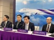 13日、記者会見するタイ国際航空のスメート社長(中)(バンコク)