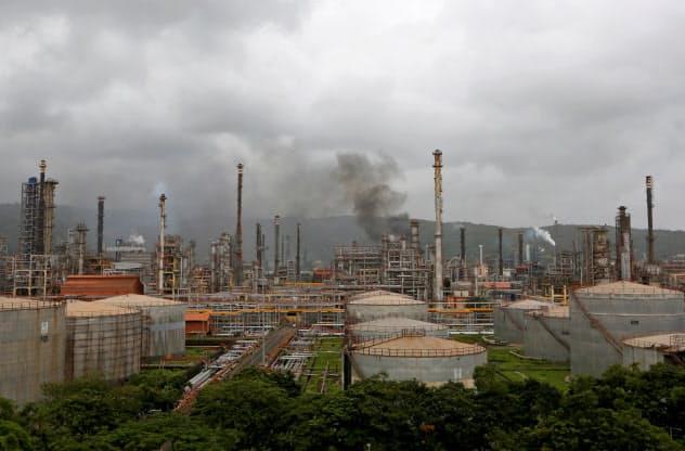 インドの石油消費量は年率6%前後で伸びている(印西部の国営石油会社の製油所)=ロイター