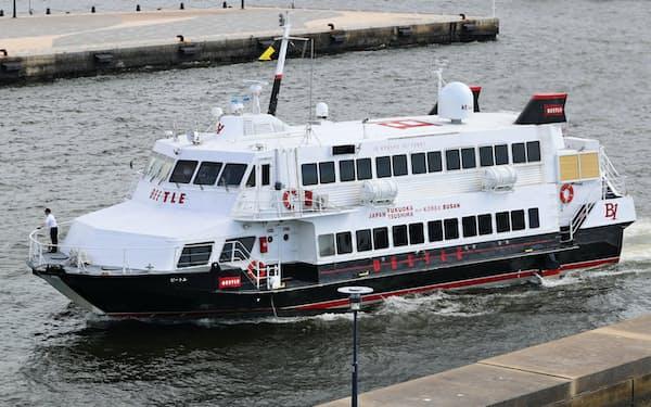 釜山から博多港に到着した高速船「ビートル」(13日、福岡市博多区)
