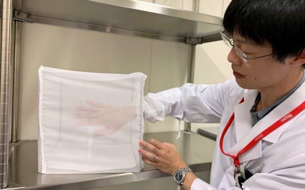 100匹の蚊が入った箱に手を入れ、虫よけスプレーの効果を検証する