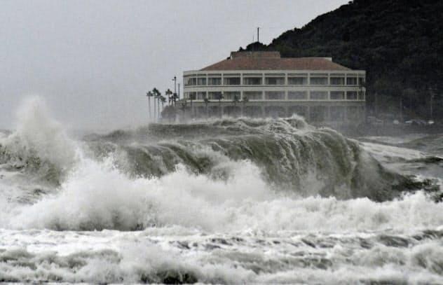 台風10号の影響で、宮崎市の海岸に打ち寄せる荒波(13日午後)=共同