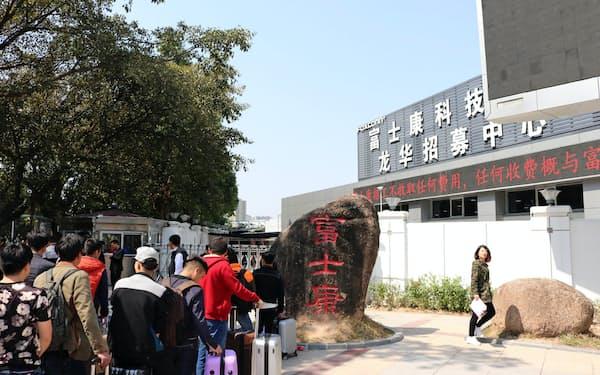 鴻海は中国での人件費高騰が採算を圧迫している(17年、中国・深圳の鴻海傘下の工場)