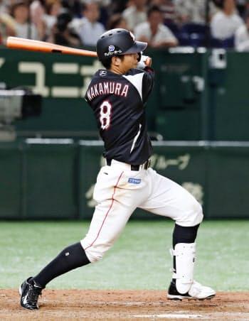 9回ロッテ1死満塁、中村奨が中前に2点打を放つ(13日、東京ドーム)=共同