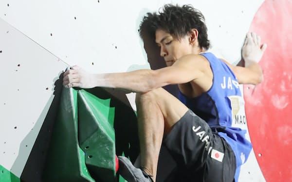 男子ボルダリングで金メダルを獲得した楢崎智亜(13日、東京都八王子市)=山本博文撮影