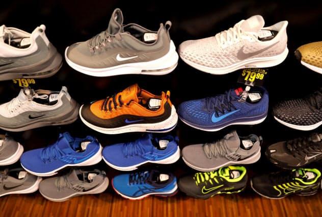 米アパレル・フットウエア協会は対中関税「第4弾」の一部先送りを歓迎した(写真はニューヨークで売られるスポーツ靴)=ロイター