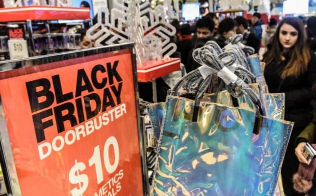 米国のクリスマス商戦は11月下旬から本格化する(2018年、ニューヨークの百貨店)=ロイター