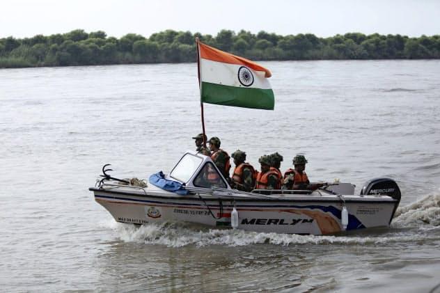 パキスタンとの国境付近を警戒するインドの警備要員=AP