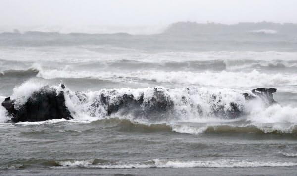 台風10号の影響で、宮崎市の海岸に打ち寄せる荒波(14日午前)=共同