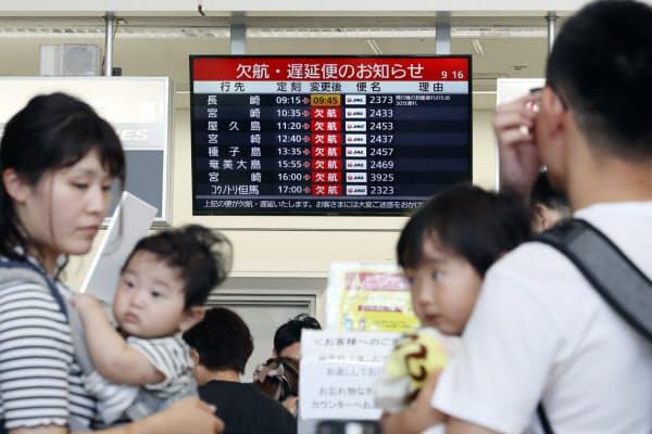 台風の影響による欠航や遅延を示す出発ロビーの表示板(14日午前、伊丹空港)=松浦弘昌撮影