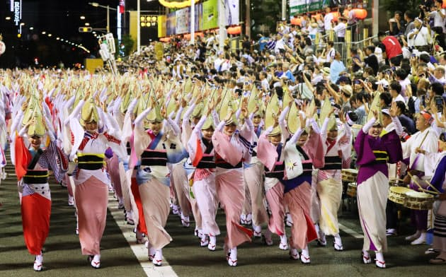 有料演舞場で行われた阿波おどりの「総踊り」(12日夜、徳島市)