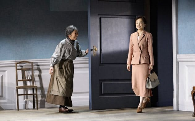 ノラ(永作博美、(右))が突然帰還する。左は梅沢昌代(尾嶝太撮影)