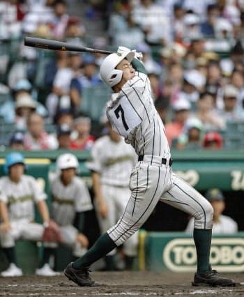 習志野―鶴岡東 9回表鶴岡東2死、丸山が右越えに2打席連続となる本塁打を放つ(14日、甲子園)=共同