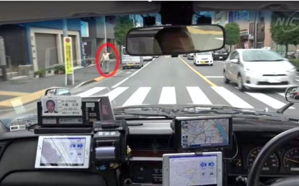 実車走行中のタクシー運転手が客を発見、手元の装置で近くのタクシーに場所を伝える(情報通信研究機構提供)