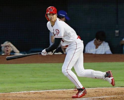 パイレーツ戦の1回、左翼線に先制二塁打を放つエンゼルス・大谷(13日、アナハイム)=共同