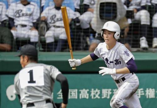 関東第一―熊本工 5回裏関東第一2死二塁、初谷が右前に適時打を放つ。投手林(14日、甲子園)=共同