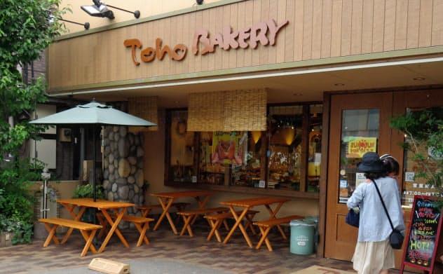イートインコーナーが店の外にあるトーホーベーカリー(東京都三鷹市)。軽減税率導入後に原則持ち帰りで精算してもらう考えだ。