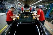 主力産業の自動車生産の不振などが響いた(ポルシェの独シュツットガルトの工場)=ロイター