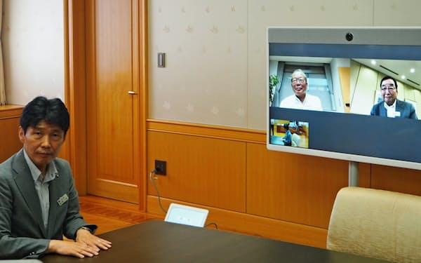 群馬県の山本一太知事(左)がテレビ会議のデモ運用の様子を公開した(14日、前橋市)