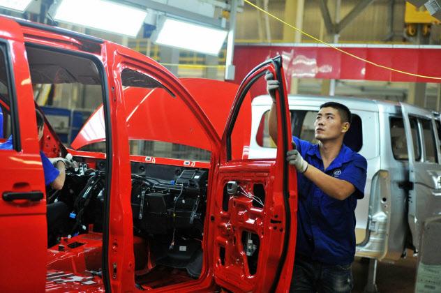 工業生産も伸び悩んだ(中国・青島市の自動車工場)=AP