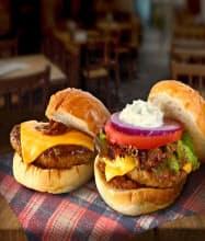 宮カフェ1階で2種類のハンバーガーを売り出した