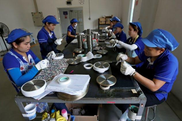 中国企業がタイに設けた工場で作業する労働者(タイ中部ラヨーン県)=ロイター