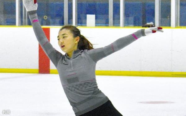 練習するフィギュアスケート女子の坂本花織(14日、盛岡市)=共同