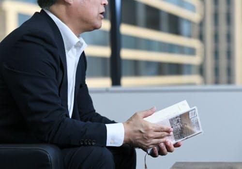 転職に向け、就職活動に関する本も手に取った