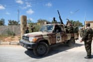リビア東部のベンガジを拠点とする武装勢力「リビア国民軍」のメンバーら=ロイター