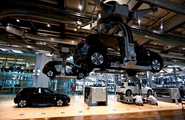 独自動車輸出台数は4~6月、19%減少した(VWの独ドレスデン工場)=ロイター