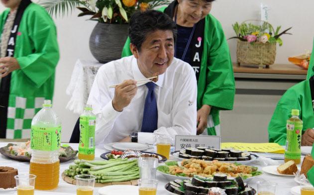 地元、下関産のアスパラガスを使った料理を楽しむ安倍首相(14日、下関市)