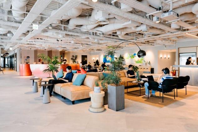 ウィーワークは入居者同士がコミュニティーを形成するよう工夫する(東京都中央区、同社提供)