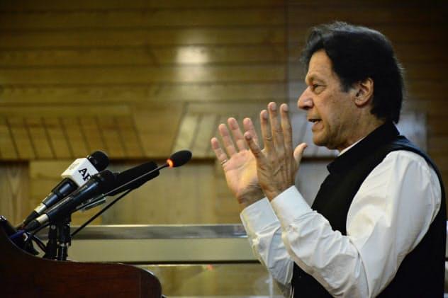 演説するパキスタンのカーン首相(14日、カシミール地方の中心都市ムザファラバード)=AP