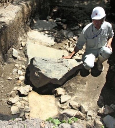 長浜城跡から見つかった、羽柴(豊臣)秀吉が城主だった時期に造られた可能性がある石垣の一部(9日、滋賀県長浜市)=共同