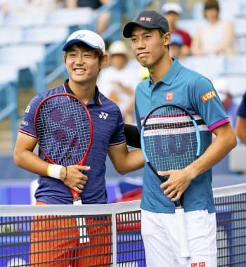 男子シングルス2回戦 試合前、写真に納まる西岡良仁(左)と錦織圭(14日、シンシナティ)=共同