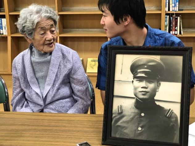 追悼式に参列した最高齢遺族の内田ハルさん(左)とひ孫の広沢駿さん
