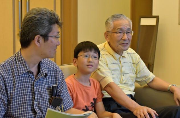 全国戦没者追悼式に参列した佐野宏之さん(右)と幸宏君(中)、光宏さん