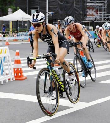 女子で23位だった高橋侑子(手前)のバイク(15日、東京・お台場海浜公園)=共同