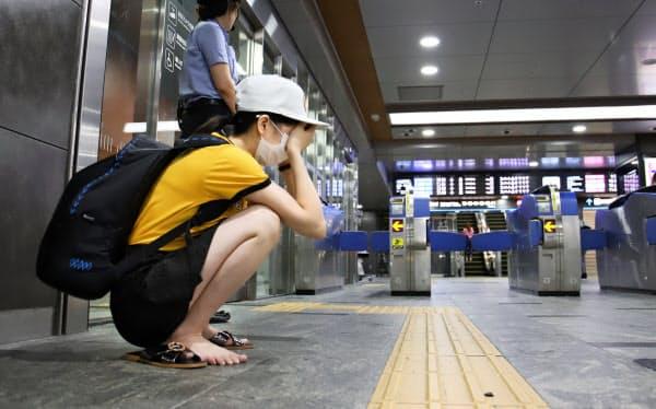 山陽新幹線が新大阪-小倉間の運転を取りやめ、JR博多駅で頭を抱える外国人旅行者(15日午前)