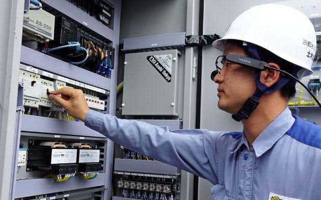 眼鏡型ウエアラブル端末で遠隔地のベテラン職員から指示を受ける(大津市)