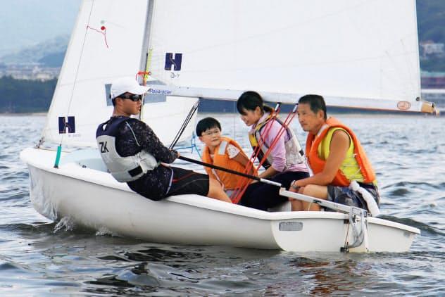 ヨット体験教室に参加する人たち(福岡市西区)